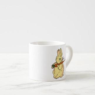 Conejo de conejito con la zanahoria taza espresso