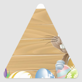 Conejo de conejito de pascua con la cesta de los h calcomania trianguloada