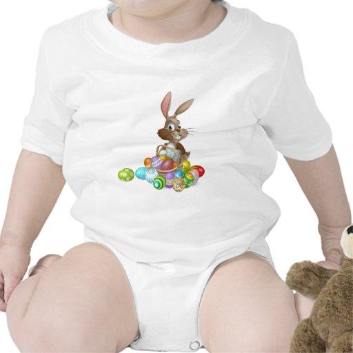 Conejo de conejito de pascua con la cesta de los h trajes de bebé