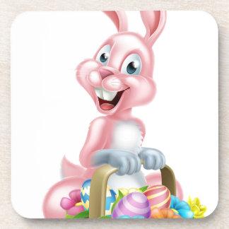 Conejo de conejito de pascua con la cesta posavasos