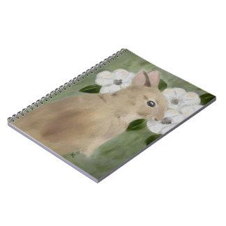 Conejo de conejito del bebé y cuaderno de las flor
