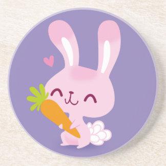Conejo de conejito feliz lindo que sostiene una posavasos manualidades
