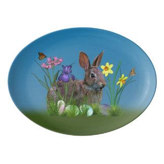 Conejo de conejito, huevos de Pascua, y flores Badeja De Porcelana