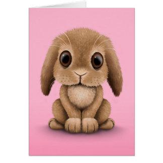 Conejo de conejito lindo del bebé de Brown en rosa Felicitaciones