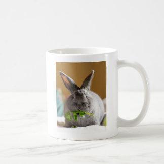 Conejo de conejito lindo que come los Veggies Taza Básica Blanca
