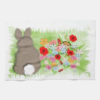 Conejo de conejito mullido de la primavera y flore toallas