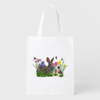 Conejo de conejito, petirrojo, y flores, personali bolsas para la compra