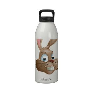 Conejo de conejito que señala abajo botellas de beber