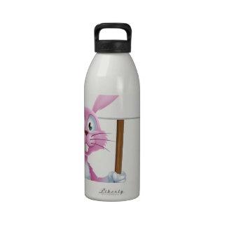 Conejo de conejito rosado con la zanahoria y la mu botella de beber