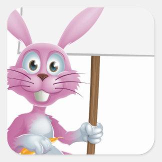 Conejo de conejito rosado con la zanahoria y la mu calcomania cuadrada personalizada