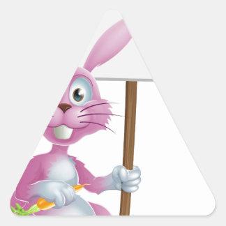Conejo de conejito rosado con la zanahoria y la mu calcomania de triangulo