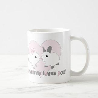 Conejo de encargo del rosa del corazón del el día taza de café