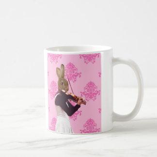 Conejo de la diversión que toca el violín taza de café