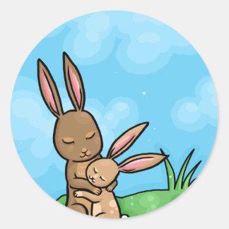 Conejo de la madre y abrazo de conejito del bebé pegatina redonda