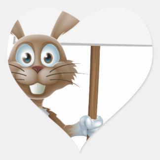 Conejo de Pascua con la cesta de la muestra y de l Colcomanias Corazon