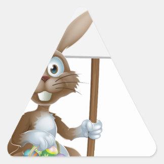 Conejo de Pascua con la cesta de la muestra y de l Calcomania Trianguladas Personalizadas