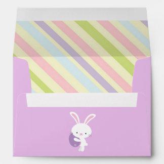 Conejo de Pascua del dibujo animado con los sobres