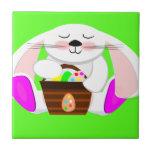Conejo de Pascua y una cesta de huevos Azulejos