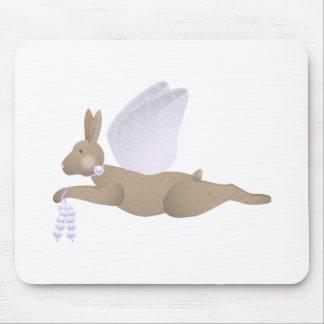 Conejo del ángel de Brown con las alas púrpuras Tapetes De Ratón