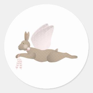 Conejo del ángel de Brown con las alas rosadas Etiquetas Redondas