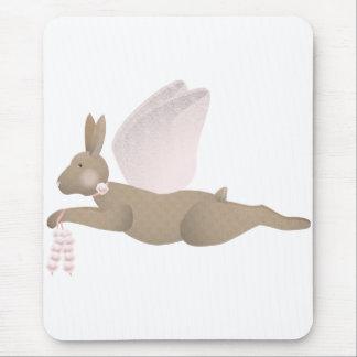 Conejo del ángel de Brown con las alas rosadas Alfombrillas De Ratón