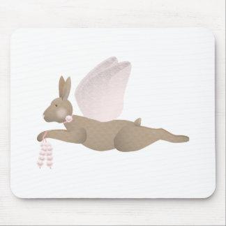 Conejo del ángel de Brown con las alas rosadas Alfombrillas De Raton