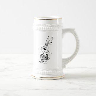 Conejo del dibujo animado que lleva un barril jarra de cerveza