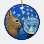 Conejo del invierno con Snowglobe Adorno Redondo De Cerámica
