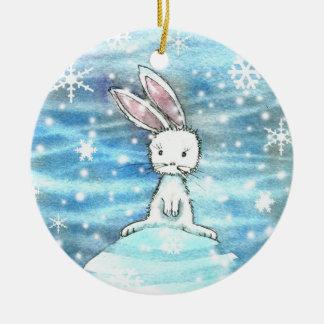 Conejo del invierno en el ornamento de la colina adorno navideño redondo de cerámica