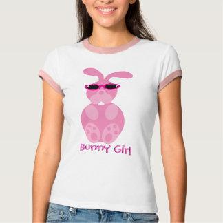 Conejo del rosa del chica de conejito con las camisas