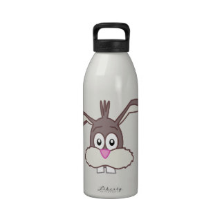 Conejo divertido con el ejemplo grande de la botella de agua