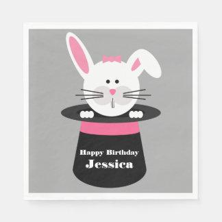Conejo en servilletas del gorra de un cumpleaños servilleta de papel