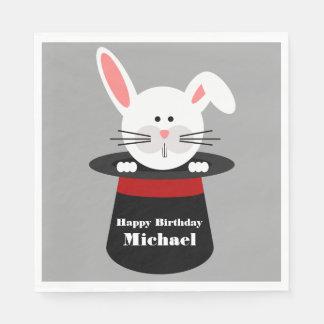 Conejo en servilletas del gorra de un cumpleaños servilletas de papel