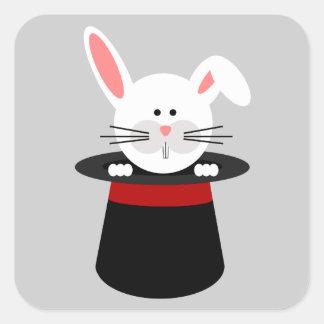 Conejo en un pegatina del mago del gorra
