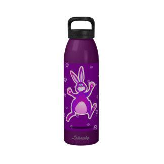 Conejo enrrollado, botella de agua