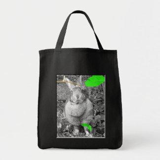 Conejo gigante flamenco B y W con las hojas verdes Bolsas De Mano
