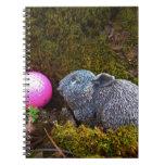 Conejo gris con la pelota de golf rosada