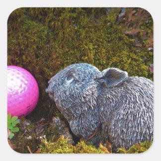 Conejo gris con la pelota de golf rosada calcomanía cuadradas personalizadas