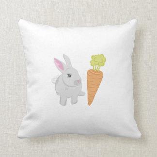 Conejo gris con la zanahoria almohada
