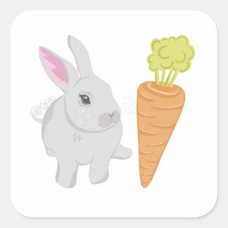 Conejo gris con la zanahoria calcomanías cuadradass personalizadas