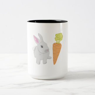 Conejo gris con la zanahoria taza de café