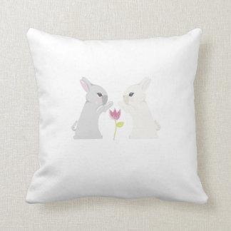 Conejo gris y blanco almohadas