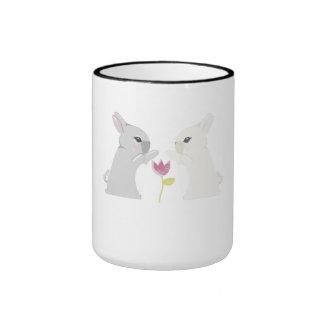 Conejo gris y blanco tazas