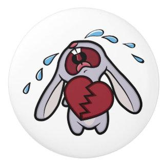 Conejo gritador lindo con el corazón quebrado pomo de cerámica