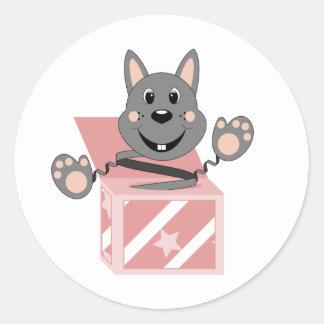 Conejo Kasper de Skrunchkin en caja rosada Etiquetas Redondas
