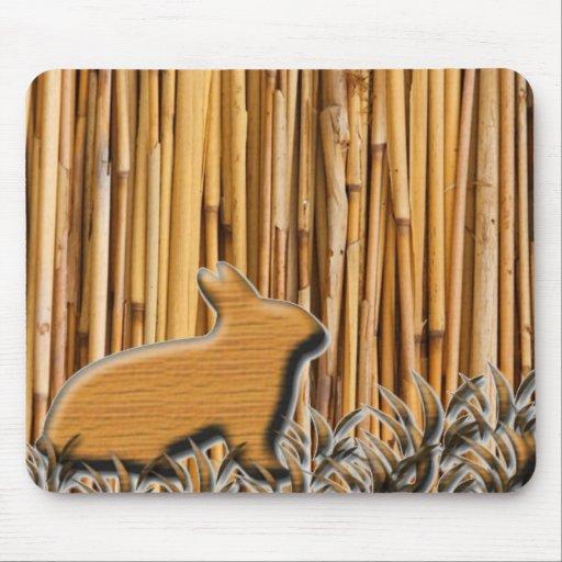 Conejo lindo en el fondo de bambú alfombrilla de raton