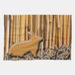 Conejo lindo en el fondo de bambú toalla