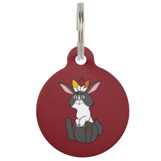 Conejo negro y blanco de la acción de gracias con placas para mascotas