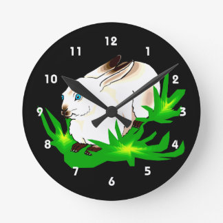 Conejo observado azul californiano en grass.png ve reloj redondo mediano