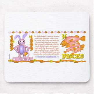 Conejo Piscis de la tierra del zodiaco de ValxArt  Alfombrillas De Ratones